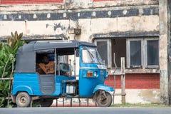 自动人力车或tuk-tuk在Hikkaduwa街道上在斯里兰卡 免版税库存照片