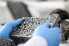 自动传动箱的汽车修理服务安装工 免版税库存照片