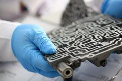 自动传动箱的汽车修理服务安装工 图库摄影