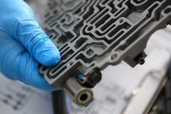 自动传动箱的汽车修理服务安装工 免版税图库摄影