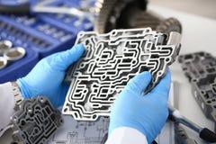 自动传动箱的汽车修理服务安装工 库存照片