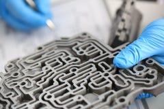 自动传动箱的汽车修理服务安装工 库存图片