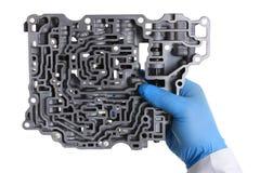 自动传动箱的汽车修理服务安装工 免版税库存图片