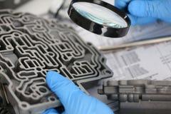 自动传动箱的自动服务安装工在手中保持 库存图片