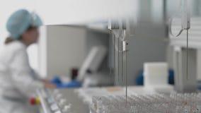 自动化的医学化验机器人设备,临床诊断实验室设备 股票视频