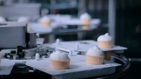 自动化的技术概念-有圆锥形的冰淇淋杯的传送带在食物工厂 影视素材