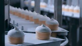 自动化的技术概念-有圆锥形的冰淇淋杯的传送带在食物工厂 股票视频