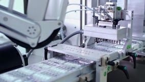 自动化的生产线 在配药制造业线的医疗细颈瓶 影视素材