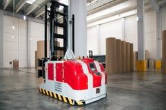 自动化的铲车纸张机器人大商店 免版税图库摄影