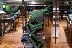 自动化装瓶的设备 免版税库存照片