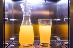 自动售货机用新近地被紧压的新鲜的橙汁 两加州 图库摄影