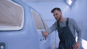 自动在油漆以后的画家人铺沙的汽车用手在修理工作期间的油漆房间在服务站 影视素材