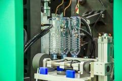 自动宠物塑料瓶打击铸造的机器 免版税库存照片