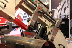 ?? 自动带为金属看见了机器 库存图片