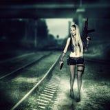 自动性感的妇女的凶手对负和枪 库存图片