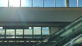 自动扶梯下来在终端在成田国际机场 股票视频