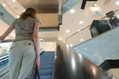 自动扶梯人 库存图片