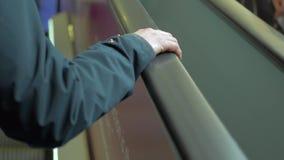 自动扶梯关闭的妇女手头 拿着自动扶梯扶手栏杆的手 影视素材