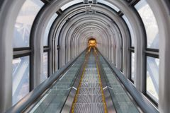 自动扶梯台阶隧道街市城市的透视 库存图片