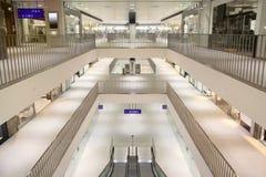 自动扶梯和三个楼层在购物中心 库存图片
