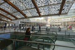 自动扶梯和机盖在企业插孔,米兰 库存照片
