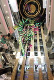 自动扶梯和电梯在购物中心 免版税库存图片