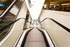 自动扶梯在公立图书馆阿姆斯特丹里 库存图片