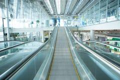 自动扶梯在有过滤器作用的机场 库存图片