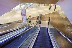 自动扶梯在现代购物中心在巴黎 免版税库存图片