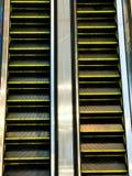 自动扶梯在购物中心背景中 免版税库存照片
