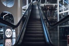 自动扶梯在门8附近的波尔图机场 免版税库存照片