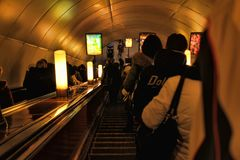自动扶梯的乘客在地铁 免版税库存图片