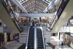 自动扶梯的人们在一个大商城 库存照片