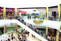 自动扶梯的人们在大型超级市场 免版税库存照片