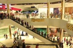 自动扶梯的人们在超级市场 库存照片