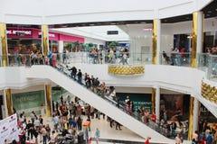自动扶梯的人们在超级市场 图库摄影