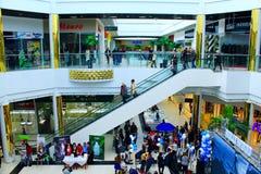自动扶梯的人们在超级市场 免版税图库摄影