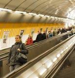 自动扶梯的人们对在他们的途中的地铁站研究一个11月早晨 免版税库存照片