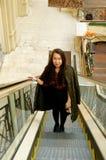 自动扶梯的女孩 免版税库存照片