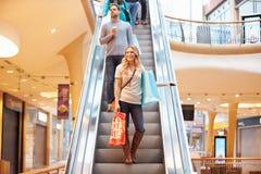 自动扶梯的女性顾客在商城 库存图片