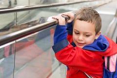 自动扶梯的孩子 免版税库存图片