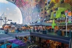 自动扶梯的购物人在美好的艺术性的m里面 免版税库存图片
