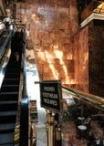 自动扶梯被看见在一座大现代办公大楼里面 免版税库存照片