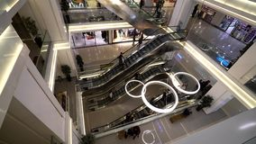 自动扶梯购物中心的人们 股票录像