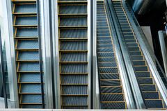 自动扶梯,黑白的楼梯,单色,抽象派 图库摄影