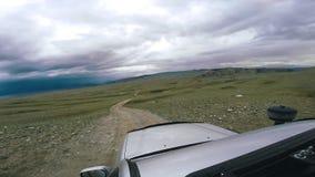 自动旅行:SUV在天际乘坐与河的一个谷和山 POV -移动沿路的观点汽车 影视素材