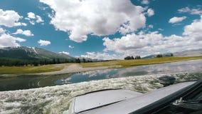 自动旅行:SUV横跨深刻的河流程移动 在山路的汽车乘驾 POV -移动沿的观点汽车 股票录像