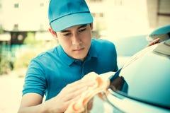 自动服务工作者清洁汽车 免版税库存图片