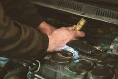 自动服务汽车修理-工具在手上 免版税库存照片