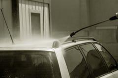 自动服务的工作者洗涤豪华汽车 免版税库存图片